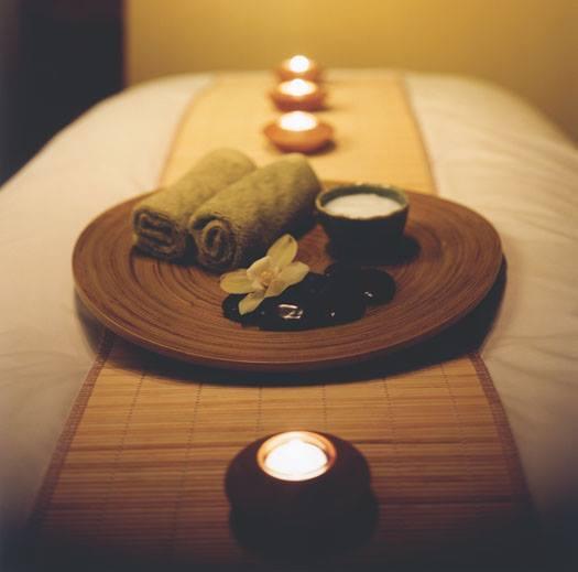 масаж с ароматни свещи